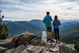 Berge Aussicht. Ein Paar mit Hund